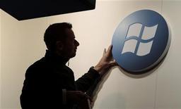 <p>Dix ans après l'échec des premières tablettes équipées du système d'exploitation de Microsoft, le géant du logiciel va revenir sur ce marché dominé par Apple et Google avec la présentation la semaine prochaine de Windows 8. /Photo d'archives/REUTERS/Tobias Schwarz</p>
