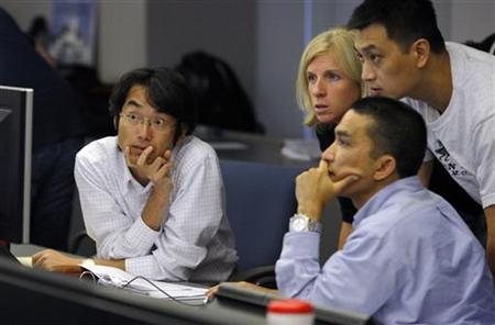 MIT Sloan Fellows participate in a simulated stock market during classes at the Massachusetts Institute of Technology Sloan School of Management in Cambridge, Massachusetts July 23, 2009. REUTERS/Brian Snyder