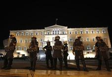 <p>Police officers stand outside the Greek parliament following an unscheduled cabinet meeting in Athens September 18, 2011. REUTERS/Yannis Behrakis</p>