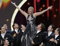 <p>Host Jane Lynch performs the opening number at the 63rd Primetime Emmy Awards in Los Angeles September 18, 2011. REUTERS/Mario Anzuoni</p>
