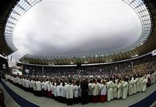 <p>Faithful watch the arrival of Pope Benedict XVI for the celebration of the Eucharist at the Olympic stadium in Berlin, September 22, 2011. REUTERS/Kai Pfaffenbach</p>