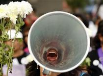 <p>A woman shouts slogans through a megaphone in Lima November 25, 2009. REUTERS/Enrique Castro-Mendivil</p>
