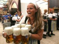<p>Bavarian waitress Babsi, carries beer after the opening of the Oktoberfest in Munich September 16, 2006. TREUTERS/Michael Dalder</p>