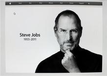 <p>Imagen del ex presidente y cofundador de Apple Steve Jobs puesta en el sitio web de la firma tras su deceso, oct 5 2011. Difícil de comprender, complicado para trabajar, y considerado irreemplazable por muchos, Steve Jobs hizo de su vida un constante desafío tanto a las convenciones como a las expectativas establecidas. REUTERS/Mike Blake Imagen para uso no comercial, ni ventas, ni archivos. Solo para uso editorial. No para su venta en marketing o campañas publicitarias. Esta imagen fue entregada por un tercero y es distribuida, exactamente como fue recibida por Reuters, como un servicio para clientes.</p>