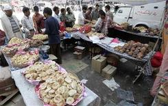 <p>Kashmiri people buy pastries and spices ahead of Eid al-Fitr festival in Srinagar September 20, 2009. REUTERS/Danish Ismail</p>