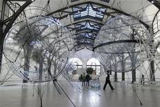 <p>People walk between installations that are part of Tomas Saraceno's Cloud Cities exhibition at Hamburger Bahnhof in Berlin, September 14, 2011. REUTERS/Thomas Peter</p>