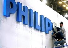 <p>Teamsters Mark A. Owsianiak (L) and Mark Bishop put up a sign at the Philips Electonics booth before the Consumer Electronics Show (CES) at the Las Vegas Convention Center January 3, 2008. REUTERS/Las Vegas Sun/Steve Marcus</p>