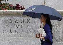 <p>A woman walks past the Bank of Canada building in Ottawa September 7, 2011. REUTERS/Chris Wattie</p>