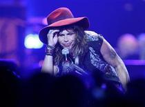 <p>Foto de archivo del vocalista de la banda de rock Aerosmith, Steven Tyler, quien sufrió un accidente que requirió de atención en un hospital de Paraguay y obligó a la suspensión de un concierto previsto para la noche del martes. REUTERS/Steve Marcus</p>