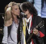 <p>Foto de Steven Tyler (I) y Joe Perry de Aerosmith durante el concierto del miercoles en Paraguay. El cantante dijo el jueves que se encontraba sobrio cuando se cayó en la ducha de la habitación del hotel donde se hospedaba en Asuncion días atrás. Oct 26, 2011. REUTERS/Jorge Adorno</p>