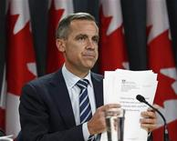 <p>Bank of Canada Governor Mark Carney shuffles his papers during a news conference upon the release of the Monetary Policy Report in Ottawa October 26, 2011. REUTERS/Chris Wattie</p>