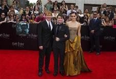 """<p>De izquierda a derecha. Los actores Rupert Grint, Daniel Radcliffe y Emma Watson a su llegada al estreno del filme """"Harry Potter y las reliquias de la muerte parte 2"""", en Nueva York, jul 11 2011. La ganancia trimestral de Time Warner Inc subió un 57 por ciento, catapultada por el exitoso lanzamiento de la película """"Harry Potter and the Deathly Hallows"""", además de sólidas ventas de publicidad en televisión y las comisiones por cable. REUTERS/Lucas Jackson</p>"""