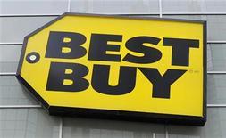 <p>Imagen de archivo del logo de la minorista de electrónicos Best Buy Co Inc en una tienda de Toronto, abr 19 2011. La minorista de electrónicos Best Buy Co Inc está comprando en 1.300 millones de dólares la participación de su socio británico en una empresa conjunta de venta de teléfonos móviles en Estados Unidos, y además está desechando planes para tener una cadena de grandes tiendas en Europa. REUTERS/Mark Blinch/Files</p>