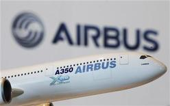 <p>A model of an Airbus A350 passenger plane is displayed at a news conference in Hong Kong, March 7, 2011. REUTERS/Bobby Yip</p>