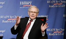<p>Billionaire financier Warren Buffet speaks at a fundraising event for Democratic presidential candidate Hillary Clinton in New York City in this June 26, 2007 file photo. REUTERS/Mike Segar/Files</p>