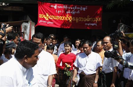 Myanmar's pro-democracy leader Aung San Suu Kyi (C) leaves the National League for Democracy (NLD) party head office after attending celebrations for the country's National Day in Yangon November 20, 2011. REUTERS/Soe Zeya Tun