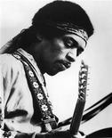 <p>Imagen de archivo del fallecido músico estadounidense Jimi Hendrix. El legendario músico Jimi Hendrix fue nombrado el miércoles mejor guitarrista de la historia por la revista Rolling Stone en una lista elaborada por un grupo de expertos en música y grandes guitarristas. REUTERS/Handout Old</p>