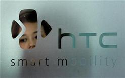 <p>Foto de archivo del logo de la firma HTC en Taipéi, sep 24 2008. Las ventas del fabricante taiwanés de teléfonos inteligentes HTC cayeron un 30 por ciento en noviembre respecto al mes anterior, mostrando que el cuarto fabricante mundial de smartphones tiene dificultades para competir con sus rivales más grandes Apple y Samsung Electronics. REUTERS/Pichi Chuang</p>
