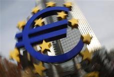 """<p>Devant la BCE. L'agence de notation Standard & Poor's, qui a placé toute la zone euro sous surveillance, estime que l'Europe est désormais confrontée à deux scénarios pour 2012, celui d'une récession """"douce"""" et celui d'une dépression plus marquée, la confiance étant le grand arbitre désormais susceptible de trancher entre les deux. /Photo prise le 8 décembre 2011/REUTERS/Alex Domanski</p>"""