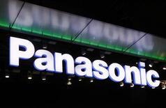 <p>Panasonic lancera un smartphone en Europe l'année prochaine afin de tenter de s'imposer sur ce segment ultra-compétitif, dominé par Samsung Electronics et Apple. Ce combiné Android sera lancé en mars. /Photo prise le 4 octobre 2011/REUTERS/Kim Kyung-Hoon</p>
