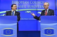 <p>Le président du Conseil européen Herman Van Rompuy (à droite) et le président de la Commission européenne José Manuel Barroso, au sommet européen de Bruxelles. Les pays de la zone euro ont entamé vendredi une vaste refondation qui, après signature d'un nouveau traité auquel seule la Grande-Bretagne a décidé de ne pas s'associer, doit les porter vers une plus grande intégration économique et budgétaire. /Photo prise le 9 décembre 2011/REUTERS</p>