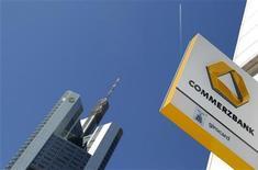 <p>La Commerzbank doit trouver 5,3 milliards d'euros en fonds propres pour satisfaire aux exigences de l'Autorité bancaire européenne (ABE) mais ses possibilités sont limitées. /Photo prise le 25 mai 2011/REUTERS/Kai Pfaffenbach</p>