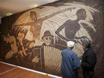 <p>People look at a coffee bean mosaic by Albanian artist Saimir Strati in Tirana December 12, 2011. REUTERS/Arben Celi</p>