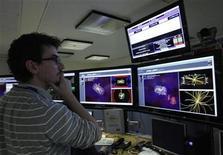 <p>Imagen de archivo de un científico en el CERN en Meyrin, Suiza, mar 30 2010. Científicos internacionales dijeron el martes que encontraron señales del bosón de Higgs, una partícula elemental que habría desempeñado un papel vital en la creación del universo después del Big Bang. REUTERS/Denis Balibouse</p>