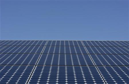 Solar panels sit a the roof in Richmond, California March 18, 2010. REUTERS/Kim White