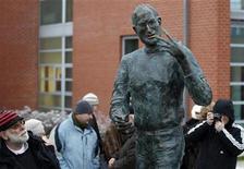 <p>Una estatua en conmemoración a Steve Jobs en un estacionamiento privado de Budapest, dic 21 2011. Una empresa de software húngara presentó el miércoles la que dijo era la primera estatua del mundo de bronce del cofundador de Apple Steve Jobs, calificándolo como una de las personalidades más importantes de la era moderna. REUTERS/Laszlo Balogh</p>