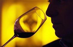 <p>A guest tastes red wine in Chateau Smith Haut Lafitte in Martillac, southwestern France, March 30, 2009. REUTERS/Regis Duvignau</p>