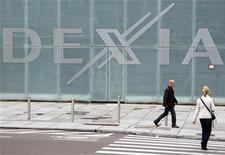 <p>Selon le gouverneur de la Banque de Belgique, Dexia passera l'année 2012 sans devoir recourir aux garanties d'Etat mises sur la table par la France et la Belgique dans le cadre du plan de démantèlement de la banque franco-belge mis en place à l'automne dernier. /Photo prise le 10 octobre 2011/REUTERS/Thierry Roge</p>