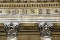<p>Les Bourses européennes se retournent à la baisse lundi en milieu de matinée, les investisseurs se montrant nerveux avant une réunion à Berlin entre le président français Nicolas Sarkozy et la chancelière allemande Angela Merkel. A 10h19, l'indice CAC 40 recule de 0,28% à 3.128,67 points, après avoir gagné plus de 0,6% en début de séance. /Photo d'archives/REUTERS/Charles Platiau</p>