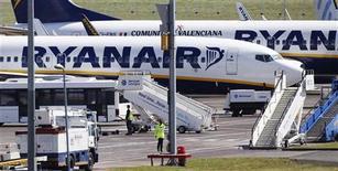 <p>Ryanair a l'intention d'instaurer dès la semaine prochaine une surcharge de 0,25 euro par billet pour couvrir le coût de 18 à 20 millions des permis d'émission de dioxyde de carbone (CO2) dont la compagnie aura besoin cette année conformément au nouveau mécanisme mis en place par l'Union européenne. /Photo d'archives/REUTERS/David Moir</p>
