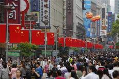 <p>People throng the Nanjing Road shopping district in Shanghai April 30, 2011. REUTERS/Aly Song</p>