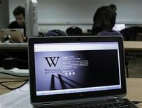 <p>A reporter's laptop shows the Wikipedia blacked out opening page in Brussels January 18, 2012. REUTERS/Yves Herman</p>