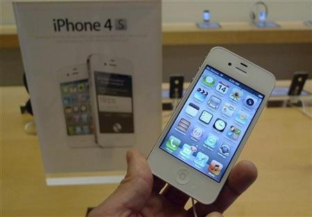 A white Apple iPhone 4S is shown on display at an Apple Store in Clarendon, Virginia, October 14, 2011. REUTERS/Jason Reed