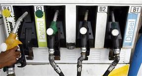 <p>An attendant holds a petrol nozzle at a petrol pump in the northeastern Indian city of Siliguri August 5, 2008. REUTERS/Rupak De Chowdhuri</p>