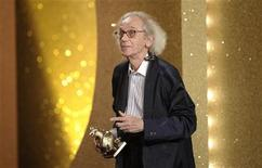 """<p>Artist Christo receives his """"Goldene Henne"""" (Golden Hen) media award in the category """"Life Achievement"""" during the prize ceremony at the Friedrichstadtpalast in Berlin, September 15, 2010. REUTERS/Michael Kappeler</p>"""