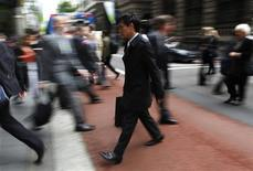 <p>Office workers walk during morning peak hour in central Sydney October 28, 2009. REUTERS/Daniel Munoz</p>