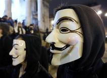 """<p>Un manifestantes lleva una máscara de Guy Fawkes, simbolizando al grupo de activistas de internet """"Anonymous"""", en un protesta en el centro de Bruselas, 28 enero, 2012. El grupo de activistas de Internet Anonymous publicó el viernes una grabación de una llamada confidencial entre agentes del FBI y detectives de Londres en la cual discutían acciones que están tomando contra los piratas informáticos. REUTERS/Yves Herman (BELGIUM - Tags: CRIME LAW CIVIL UNREST SCIENCE TECHNOLOGY)</p>"""