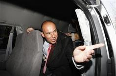 <p>Former Olympus CEO Michael Woodford speaks to a reporter from inside a van as he leaves a news conference at the Japan National Press Club in Tokyo January 6, 2012. REUTERS/Issei Kato</p>