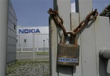 <p>Le finlandais Nokia compte supprimer 4.000 emplois en Finlande, Hongrie et au Mexique, à la faveur du transfert de l'assemblage de ses smartphones en Asie. /Photo d'archives/REUTERS/Wolfgang Rattay</p>