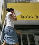 <p>Sprint Nextel a creusé ses pertes au quatrième trimestre 2011, les coûts liés à la vente des iPhone d'Apple ayant pesé sur ses résultats. Toutefois, la perte nette, hors éléments exceptionnels, du troisième opérateur mobile aux Etats-Unis, dont les ventes de mobiles en fin d'année ont déçu, a été moins lourde que prévu. /Photo d'archives/REUTERS/Brendan</p>