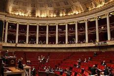<p>La parité hommes-femmes dans la haute fonction publique française va être renforcée avec l'instauration d'un quota qui devra atteindre 40% de personnes du même sexe en 2018. Les députés français ont adopté une série d'amendements du gouvernement allant dans ce sens. Les femmes, qui représentent près de 60% des agents de la Fonction publique, ne sont que 14% à occuper des emplois de cadres dirigeants. /Photo d'archives/REUTERS/Charles Platiau</p>