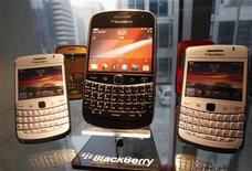 <p>BlackBerry smartphones are displayed at a store in Seoul January 18, 2012. REUTERS/Kim Hong-Ji</p>