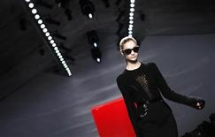 <p>A model presents a creation at the Reem Acra Fall/Winter 2012 collection show during New York Fashion Week, February 13, 2012. REUTERS/Carlo Allegri</p>
