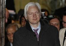 """<p>El fundador de Wikileaks, Julian Assange, a la salida de la Corte Suprema tras su segundo día de juicio de extraditación en Londres, feb 2 2012. Wikileaks desembarcará el domingo en Springfield con la llegada de la polémica figura de Julian Assange al reparto de """"Los Simpsons"""" para celebrar el episodio número 500 de la serie, en el que la famosa familia de dibujos animados estadounidense será desterrada de su ciudad natal. REUTERS/Andrew Winning</p>"""