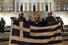 <p>Manifestant opposé aux nouvelles mesures d'austérité devant le Parlement à Athènes. Le gouvernement grec a approuvé samedi la version définitive des mesures d'austérité réclamées par l'Union européenne et le FMI pour débloquer un plan d'aide de 130 milliards d'euros. /Photo prise le 18 février 2012/REUTERS/Yiorgos Karahalis</p>