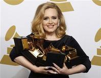<p>Imagen de archivo de la cantante Adele durante la entrega de los premios Grammy en Los Angeles, feb 12 2012. Ed Sheeran habrá sido la sorpresa de las nominaciones a los premios BRIT el mes pasado al acaparar más candidaturas que nadie, pero parece que el martes la gala seguirá un guión más predecible: otro triunfo de Adele. REUTERS/Lucy Nicholson</p>